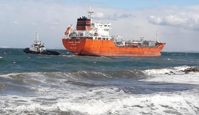Yalova'da sürüklenen gemi kıyı ekiplerince tersaneye yanaştırıldı